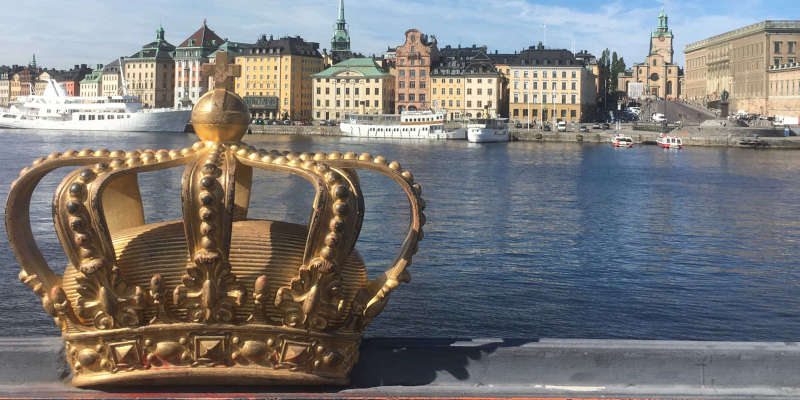 cosa vedere a Stoccolma gratis: la foto della corona sul ponte a Stoccolma